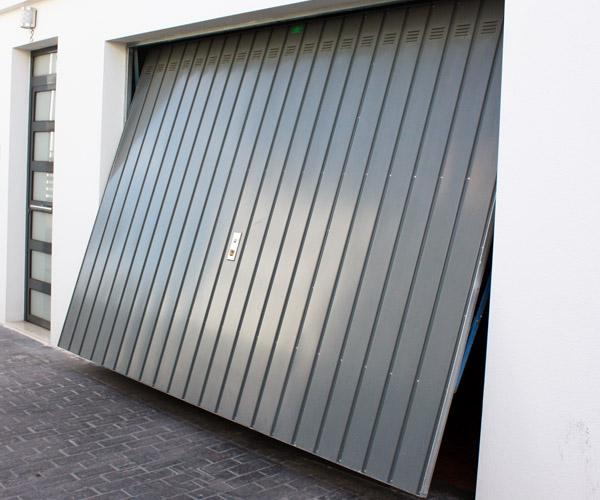 Modo de apertura de puerta basculante desbordante.
